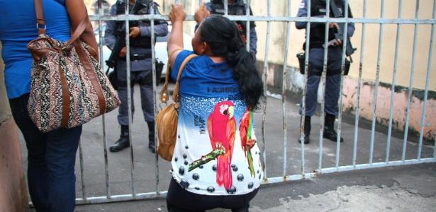 Mãe reza por filho que sobreviveu à rebelião de presos em Manaus no início do mês