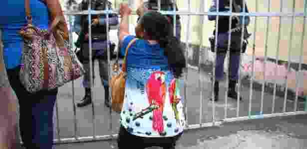 Mãe de preso se ajoelha em cadeia Manaus (AM), durante rebelião  - 8.jan.2017-Edmar Barros/Futura Press/Estadão Conteúdo - 8.jan.2017-Edmar Barros/Futura Press/Estadão Conteúdo