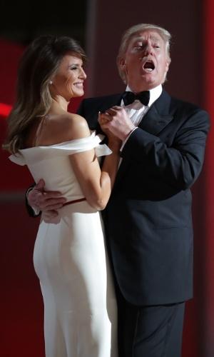 """20.jan.2017 - Presidente Donald Trump dança """"May Way"""" com a primeira-dama, Melania, no primeiro baile de posse"""