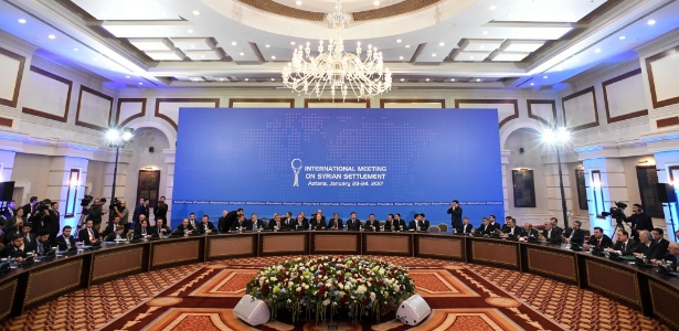 23.jan.2017 - Representantes do regime sírio e de grupos rebeldes participam da primeira sessão das conversas de paz sobre a Síria, em Astana, Cazaquistão