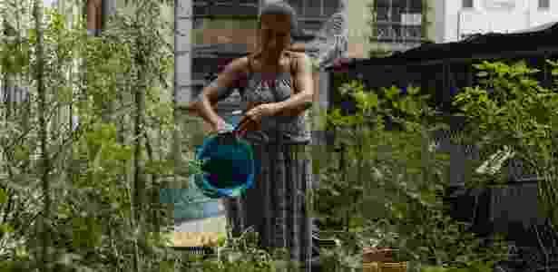 Marinalva Euclides da Silva cuida da horta comunitária da ocupação da avenida São João, centro de São Paulo - Gabo Morales/UOL - Gabo Morales/UOL