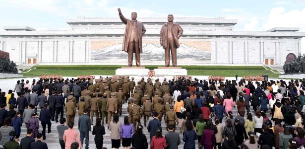 """População marca o 85º aniversário da """"fundação"""" do Exército diante da imagem de Kim Il-sung e Kim Jong-il, em Pyongyang, Coreia do Norte"""