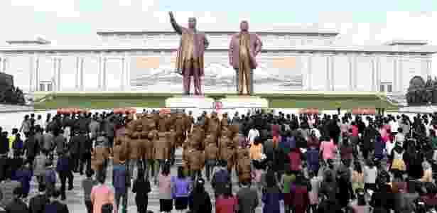 """25.abr.2017 - População marca o 85º aniversário da """"fundação"""" do Exército diante da imagem de Kim Il-sung e Kim Jong-il, em Pyongyang, Coreia do Norte - KCNA via Reuters - KCNA via Reuters"""