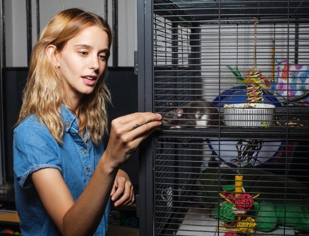 """Breonne Rittinger e seu rato de estimação Nibbler, em seu apartamento em Nova York; ela se define como a """"louca dos ratos"""""""