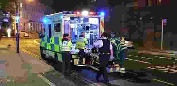 18.jun.2017 - Ambulância socorre vítima de atropelamento em área próxima a Finsbury Park, no norte de Londres, onde um veículo colidiu com pedestres, deixando feridos - Reuters