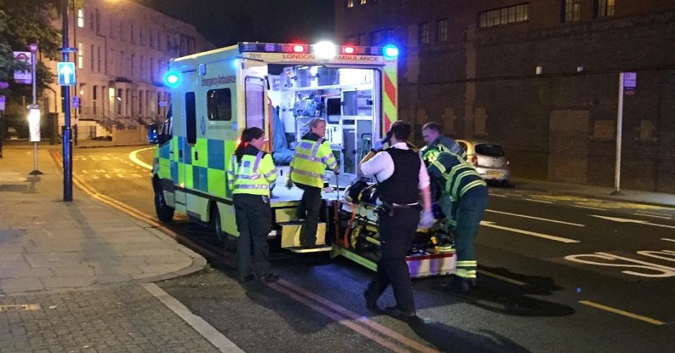 18.jun.2017 - Ambulância socorre vítima de atropelamento em área próxima a Finsbury Park, no norte de Londres, onde um veículo colidiu com pedestres, deixando feridos