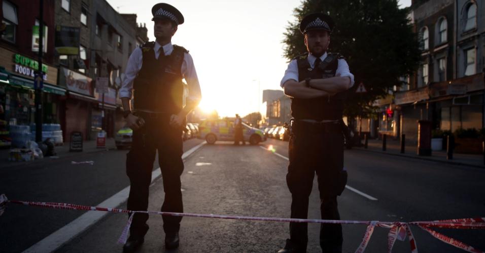 19.jun.2017 - Policiais montam guarda na rua onde pessoas foram atropeladas pouco depois da meia-noite no oeste de Londres