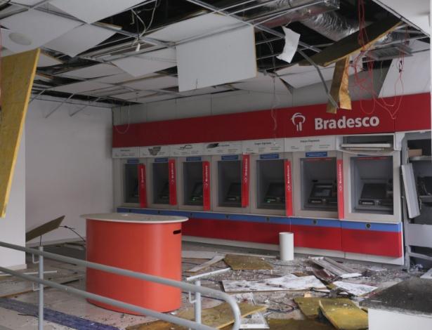 Criminosos explodiram um caixa eletrônico de uma agência do Bradesco na zona norte