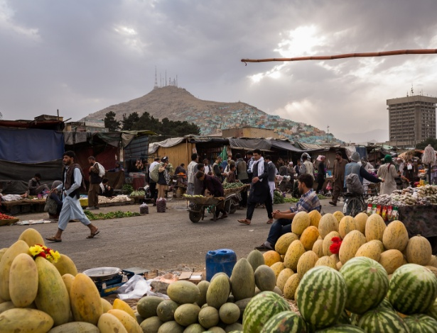 Pessoas circulam no mercado de frutas em Kabul, no Afeganistão