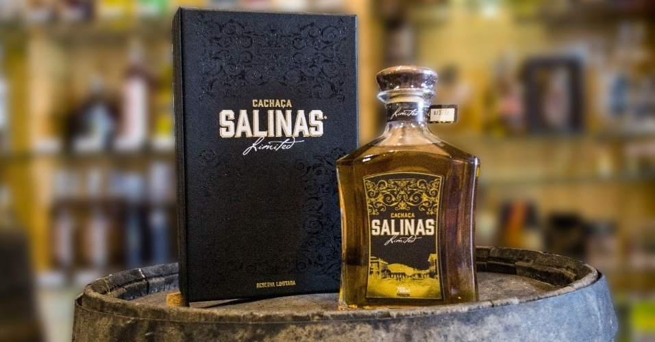 Cachaça Salinas envelhecida no bálsamo e no carvalho