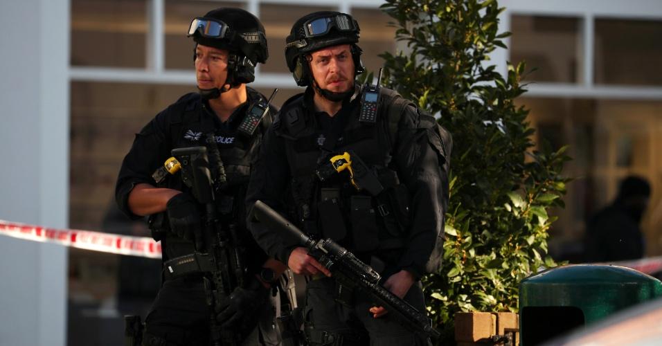 15.set.2017 - Policiais fazem cordão de isolamento nas proximidades da estação Parsons Green