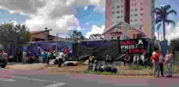 18.abr.2018 - Apoiadores do ex-presidente Lula deixam terreno usado para acampamento na rua Joaquim Nabuco, no bairro de Santa Cândida, em Curitiba - Ana Carla Bermúdez - 18.abr.2018/UOL - Ana Carla Bermúdez - 18.abr.2018/UOL