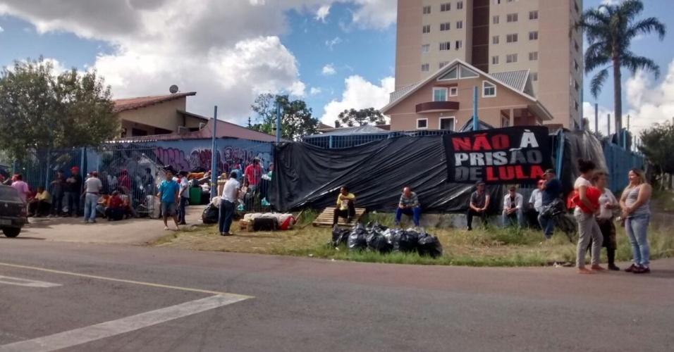 18.abr.2018 - Apoiadores do ex-presidente Lula deixam terreno usado para acampamento na rua Joaquim Nabuco, no bairro de Santa Cândida, em Curitiba