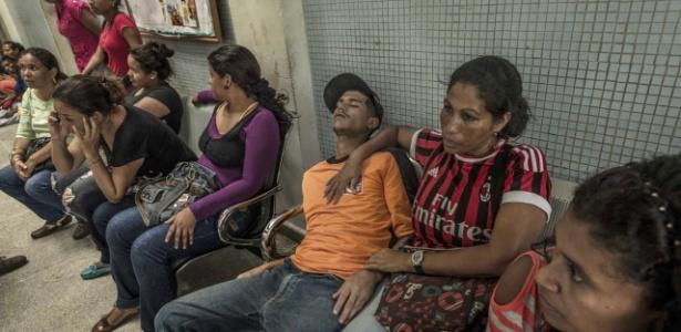 24.maio.2016 - Maribel Supero segura seu filho enquanto aguarda por atendimento médico na Venezuela - Meridith Kohut/The New York Times
