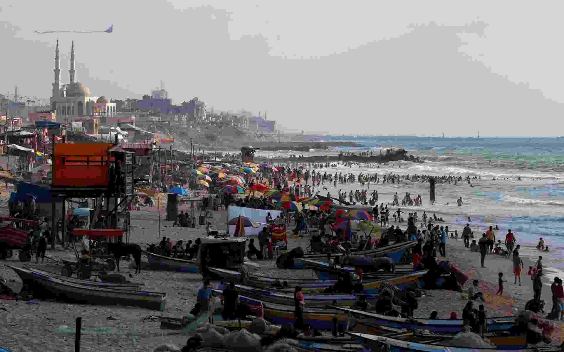 Multidão em praia de Gaza - Mohammed Salem / Reuters