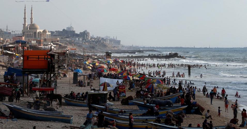Multidão em praia de Gaza