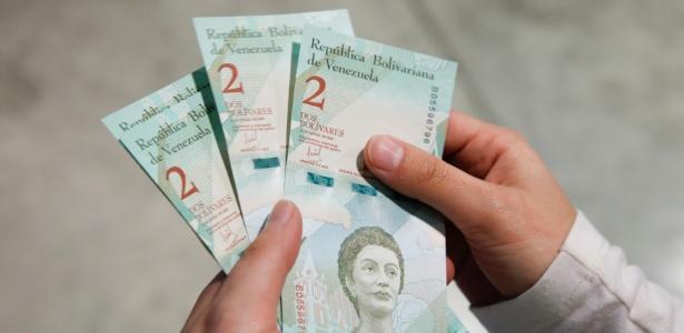 As novas cédulas de bolívar sem cinco zeros entraram em vigor nesta segunda-feira  - Carlos Garcia Rawlins/Reuters