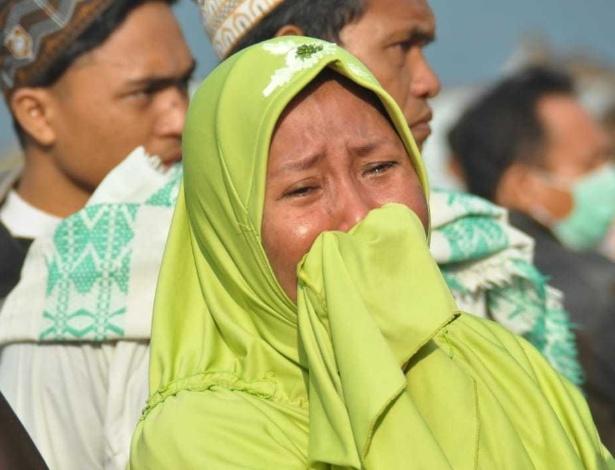 29.set.2018 - Mulher chora ao constatar danos por terremoto e tsunami na cidade de Palu - Muhammad Rifki/AFP Photo