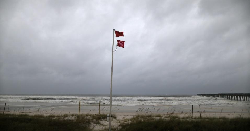 10.out.2018 - Uma bandeira vermelha sinalizando perigo em Panama city, na Flórida, diante da chegada do furacão Michael