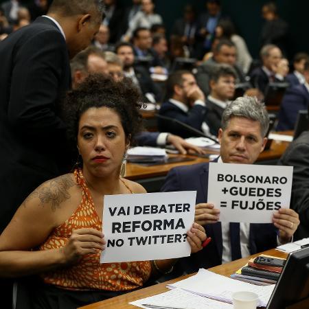 Deputados da oposição protestam durante sessão da CCJ da Câmara que analisava a reforma da Previdência - Pedro Ladeira/Folhapress