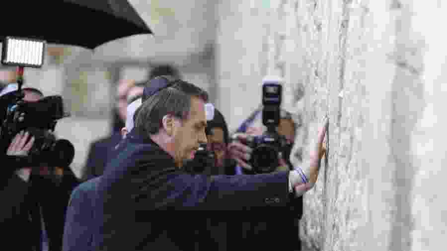 1.abr.19 - Em gesto histórico, Bolsonaro visita o Muro das Lamentações acompanhado do premiê israelense, Benjamin Netanyahu - Menagem Kahana/AFP