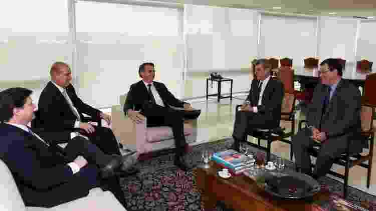 4.abr.2019 - Bolsonaro recebeu, ao lado de Onyx Lorenzoni, Romero Jucá, presidente do MDB, além de Baleia Rossi e Eduardo Braga - Marcos Corrêa/PR