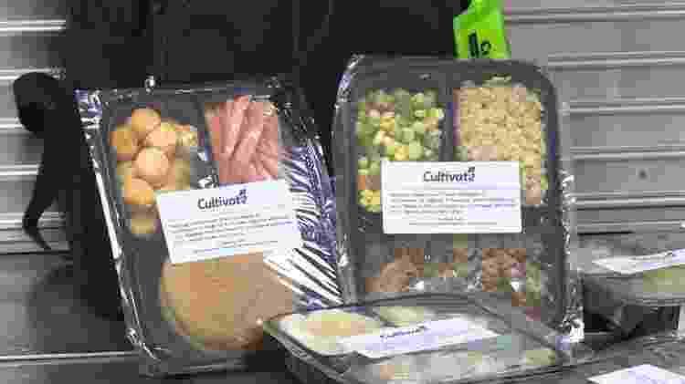 Às sextas-feira, 20 crianças ganham um mochila com oito pacotes de comida congelada para levarem para casa - Reprodução/WSBT TV