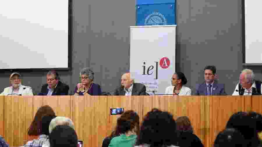 Da esquerda para a direita, os ex-ministros José Carlos Carvalho, José Sarney Filho, Izabella Teixeira, Rubens Ricupero, Marina Silva, Edson Duarte e Carlos Minc - Leonor Calasans/IEA-USP