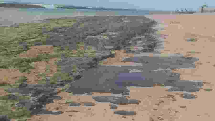 Mancha de óleo na praia do Pontal do Peba, vizinha à foz do rio São Francisco em Alagoas - Simone Santos/ Projeto Praia Limpa