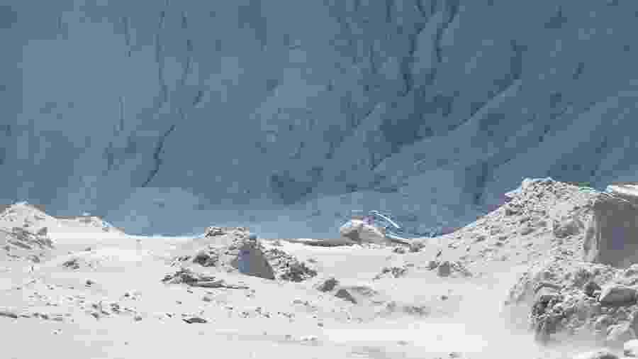 Helicóptero foi afetado após erupção de um vulcão na Ilha Branca, na Nova Zelândia - Handout / Michael Schade / AFP