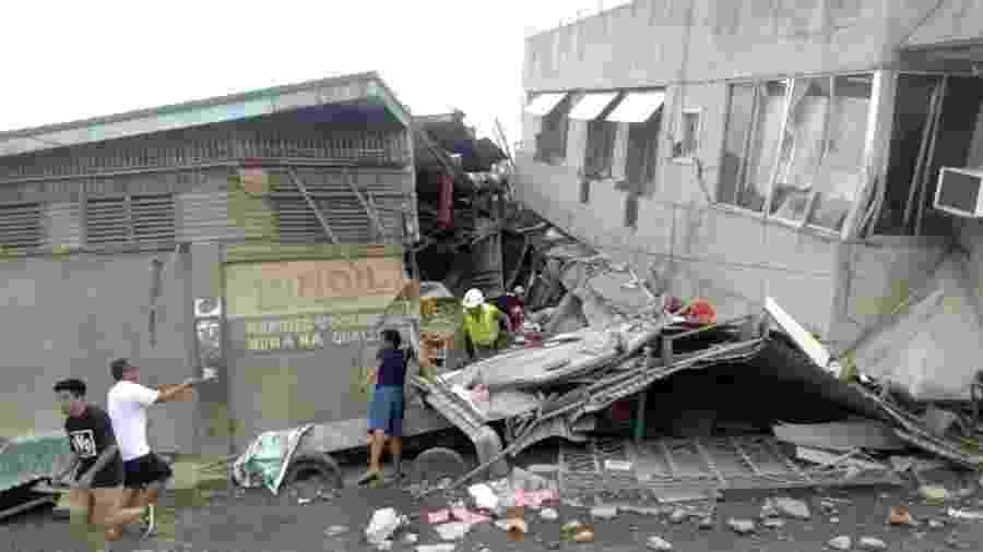 Equipes de resgate procuravam por vítimas após a queda de um prédio na cidade de Padada, na província de Davao do Sul - VINCENT YAJ MAKIPUTIN/REUTERS
