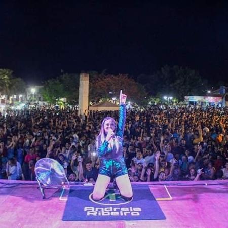 A cantora Andreia Ribeiro em registro de seu último show antes de passar mal e morrer - Divulgação