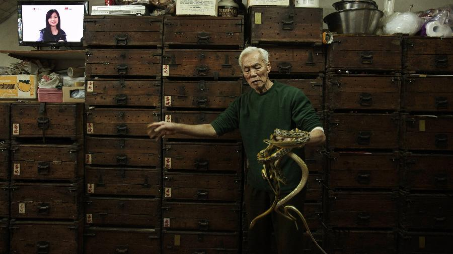 Dono de uma loja de sopas de cobra exibe suas iguarias na China continental - REUTERS/Bobby Yip