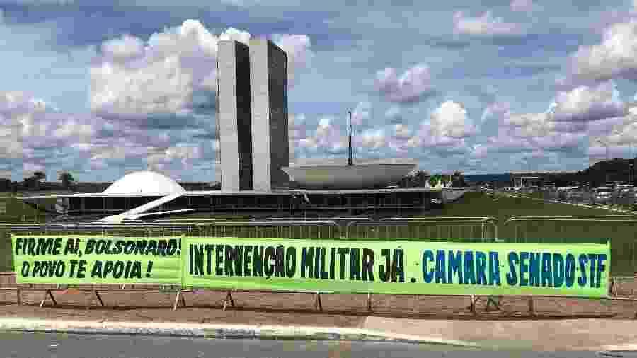 Faixa de apoio a Bolsonaro pede intervenção miitar - Felipe Pereira