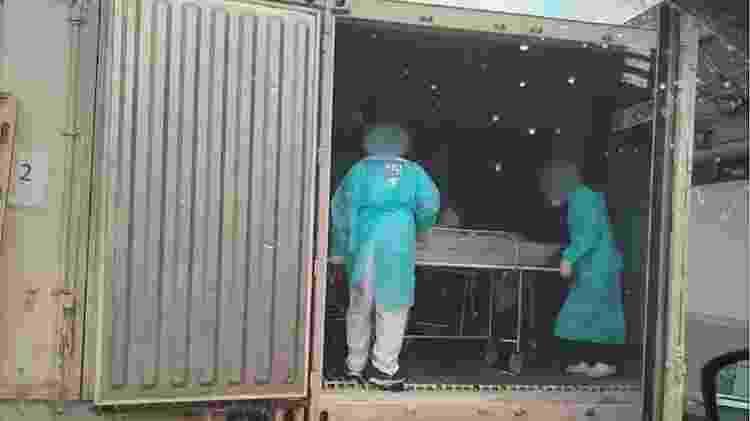 Após registro de corpos em macas em um corredor do necrotério do Hospital Municipal Lourenço Jorge, na Barra da Tijuca, zona oeste do Rio, contêineres refrigerados são levados ao local para armazenar pacientes mortos na unidade em meio à pandemia - Arquivo pessoal