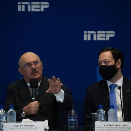 O ministro da Educação, Milton Ribeiro (à esq.), e o presidente do Inep, Alexandre Lopes, instituto responsável pelo Enem - Mateus Bonomi/AGIF/Estadão Conteúdo