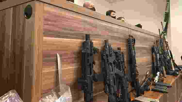 16.out.2020 - Polícia apresenta oito fuzis e quatro pistolas apreendidos após operação que deixou 12 suspeitos mortos - Herculano Barreto Filho/UOL - Herculano Barreto Filho/UOL