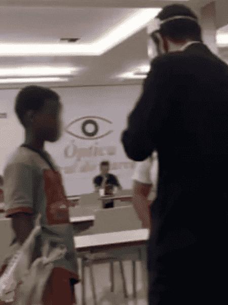 Segurança aborda meninos negros na praça de alimentação do ViaShopping Barreiro, em Belo Horizonte. A atitude foi filmada e gerou revolta nas redes sociais - Reprodução/Instagram