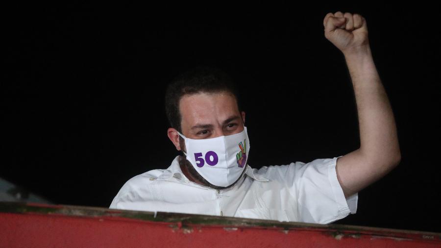 O candidato derrotado à Prefeitura de São Paulo, Guilherme Boulos (PSOL), agradece o apoio de militantes após a confirmação da vitória do adversário, o atual prefeito e candidato à reeleição, Bruno Covas (PSDB), na sacada de sua casa no bairro de Campo Limpo, zona sul da cidade, neste domingo, 29 de novembro, no segundo turno das eleições municipais de 2020.    - ALEX SILVA/ESTADÃO CONTEÚDO