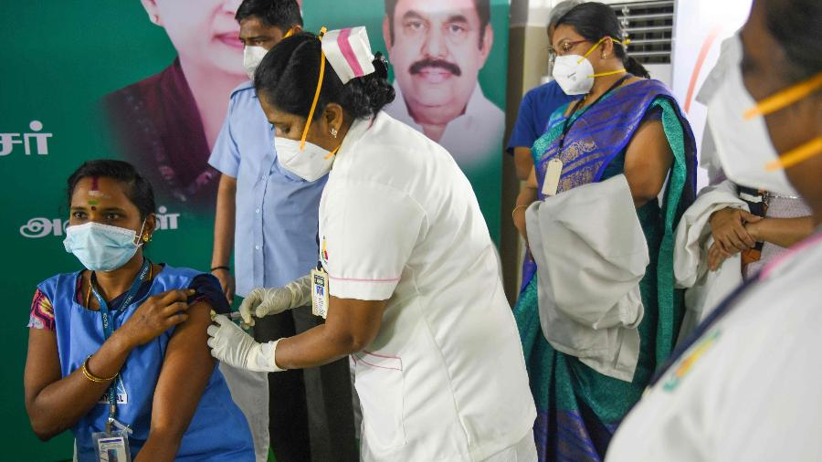 Profissional de saúde de Madurai, na Índia, recebe vacina contra covid-19; país já iniciou vacinação da Covaxin - Arun Sankar/AFP