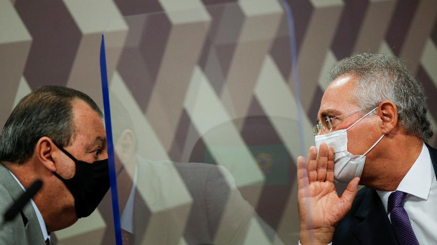 11.mai.2021 - Omar Aziz (PSD-AM) e Renan Calheiros (MDB-AL) conversam entre parede de acrílico na CPI da Covid - REUTERS