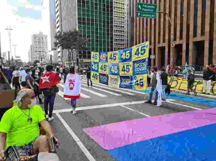 3.jul.2021 - Manifestantes ligados ao PT e ao PSDB dividem espaço na avenida Paulista durante ato em São Paulo - Leonardo Martins/UOL - Leonardo Martins/UOL