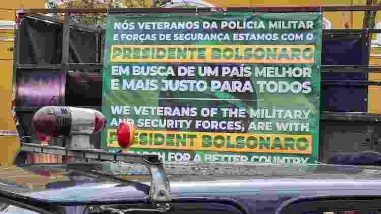 Cartaz sobre uma antiga viatura da Rota, a veraneio cinza - Leonardo Martins/UOL - Leonardo Martins/UOL