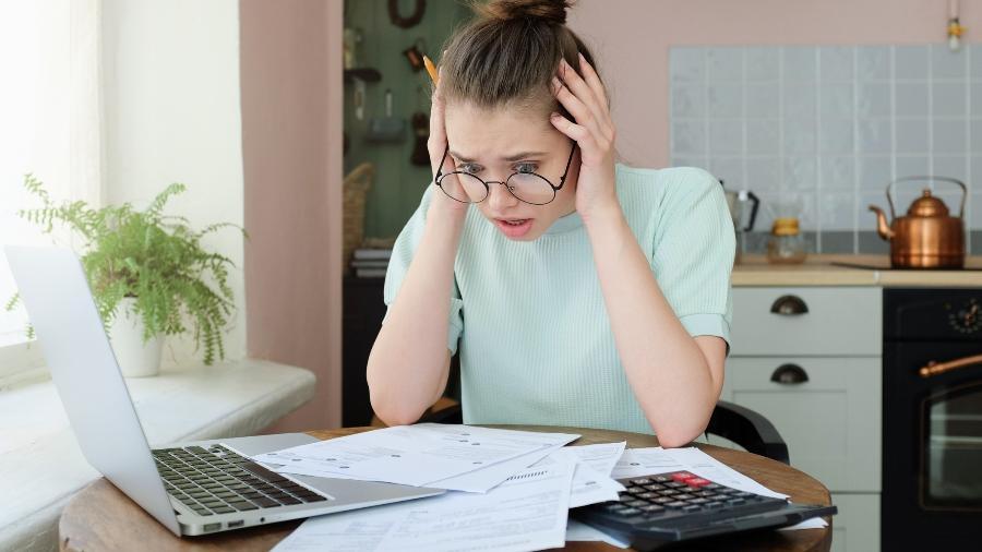 Crise financeira dívidas orçamento familiar dinheiro investimento endividado inadimplência - Damir Khabirov/iStock