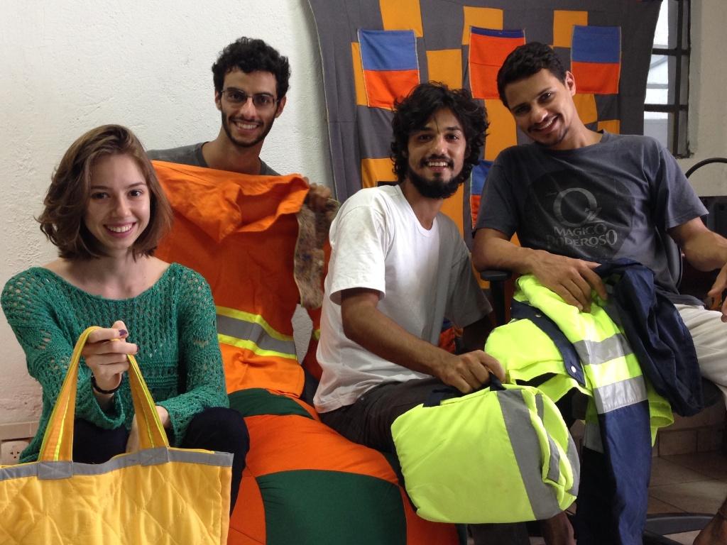 A equipe da empresa Retalhar: Juliana Vilas Boas, Jonas Lessa e Lucas Corvacho (sócios da empresa) e Leonardo Carvalho. A empresa recicla retalhos e os transforma em brindes e outras peças
