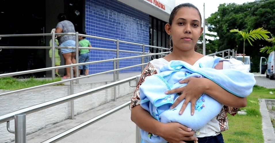 1.mar.2016 - Movimentação no hospital Barão de Lucena, em Recife (PE). A unidade é a principal maternidade de Pernambuco, referência em atendimento e partos de alto risco. Foi de lá que saiu o primeiro comunicado oficial, enviado à Secretaria Estadual de Saúde, sobre um aumento inesperado de casos de microcefalia. Na foto: A costureira Maria José Santos, 22, é natural de Caruaru (130 km do Recife), maior cidade do interior pernambucano. No dia sete de janeiro, ela precisou ser trazida às pressas para o hospital para ter o filho porque não havia vagas de leito de UTI na cidade