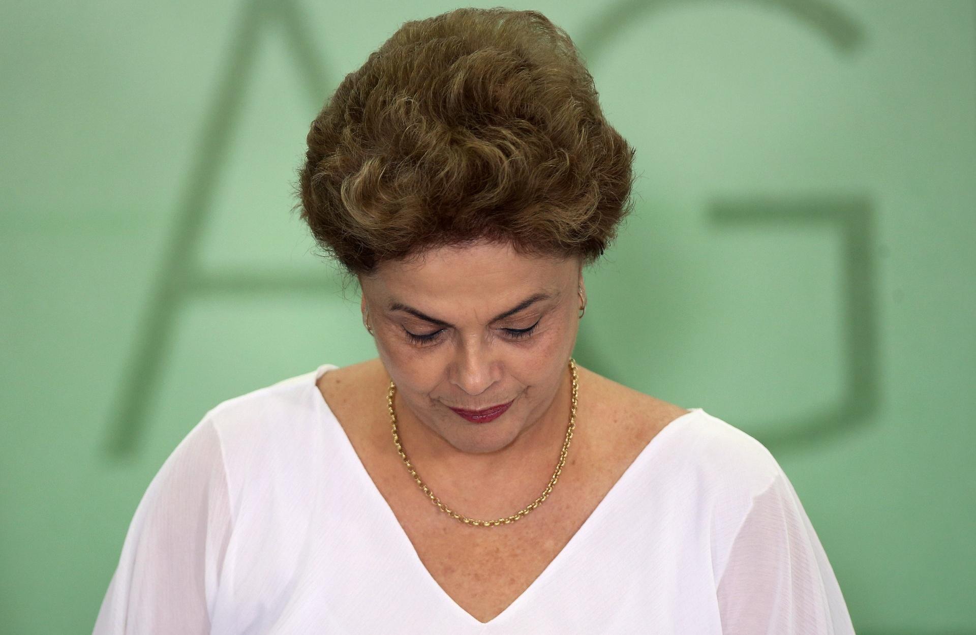 1º abr.2016 - A presidente do Brasil Dilma Rousseff roi durante cerimônia de assinatura de acordos de reforma agrária, no Palácio do Planalto, em Brasília (DF). Dilma enfrenta processo de impeachment no Congresso sobre as alegações de que ela violou as leis fiscais
