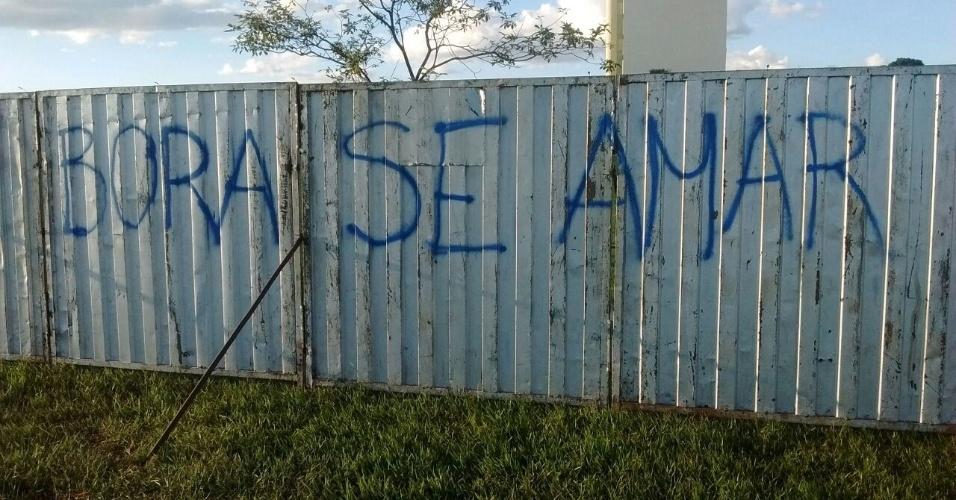 13.abr.2016 - Pichação pede mais amor no lado do muro onde ficarão manifestantes pró-impeachment no próximo domingo (17), dia da votação no plenário na Câmara do processo de afastamento da presidente Dilma Rousseff