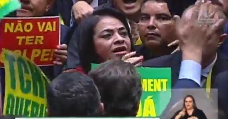 17.abr.2016 - A deputada Moema Gramacho (PT-BA) teve que lidar com a falta de respeito de outros deputados ao tentar dar seu voto contrário ao impeachment da presidente Dilma (PT). Outros parlamentares ficaram gritando a todo o tempo e atrapalharam a fala da deputada