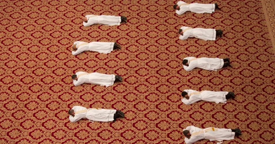17.abr.2016 - Sacerdotes deitam no chão durante ritual de ordenação, em cerimônia realizada na Basílica de São Pedro, no Vaticano